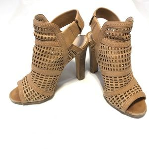 Vince Camuto Sandals, size 6, in tan.